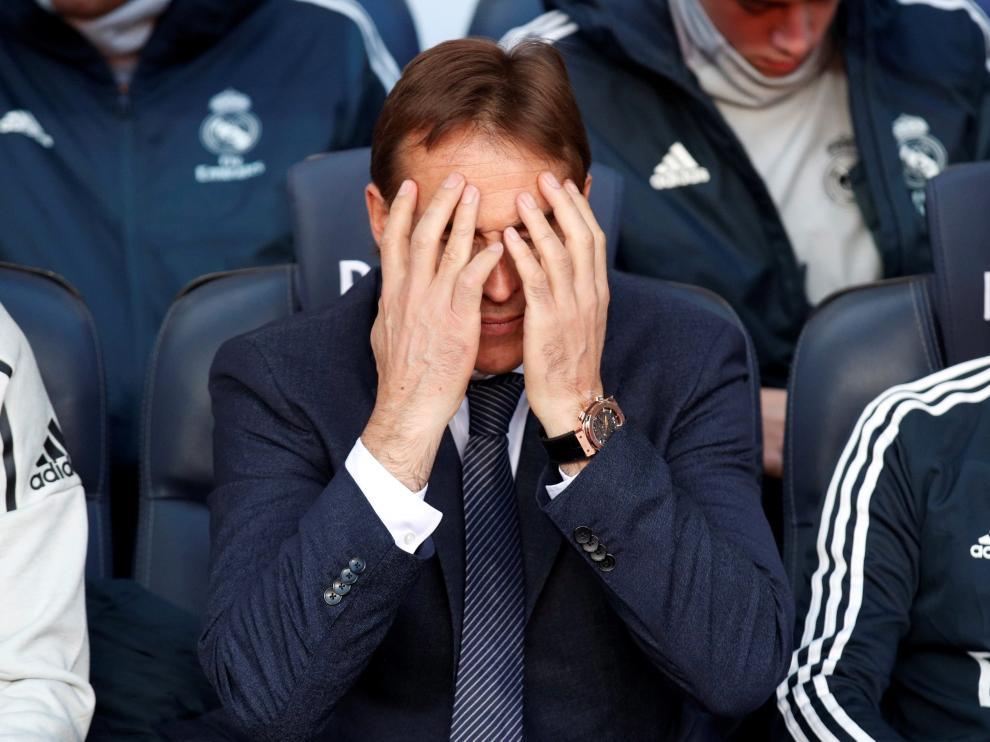 Julen Lopetegui se lamenta durante el Barcelona-Madrid.