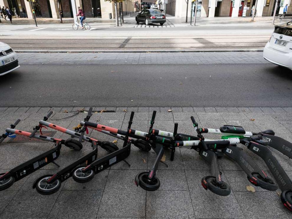Patinetes eléctricos derribados en Zaragoza por el viento