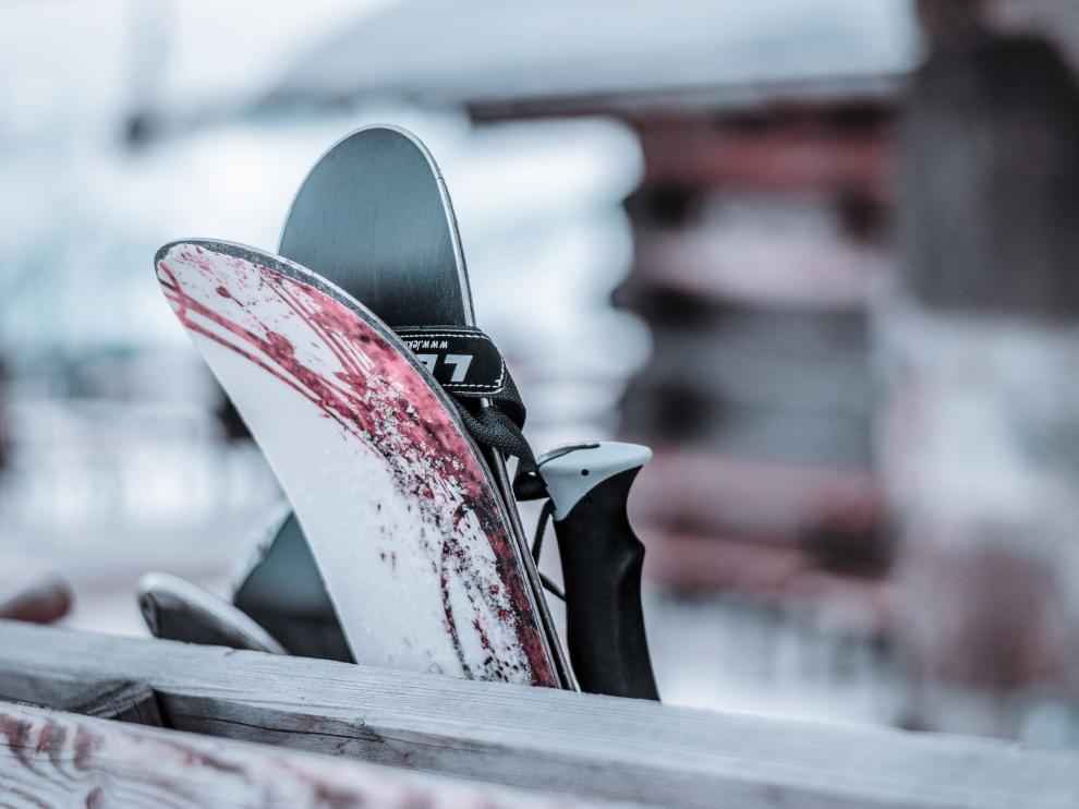 Colocar mal los esquís en el coche puede suponer una multa al conductor.