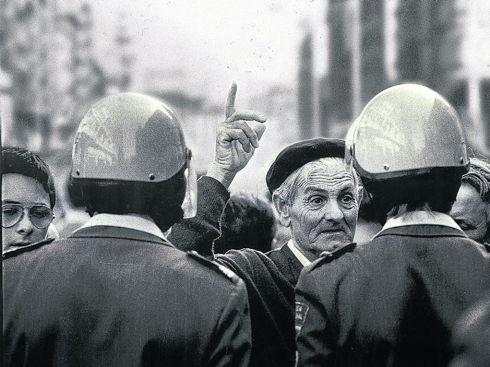 Un agricultor se enfrenta a la policía en una manifestación de agricultores de la UAGA.