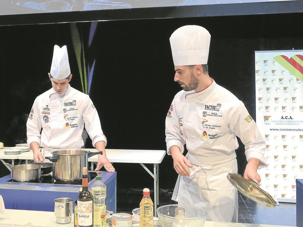 Los hermanos Carcas, de Casa Pedro, en pleno concurso por el premio de mejor cocinero de Aragón.