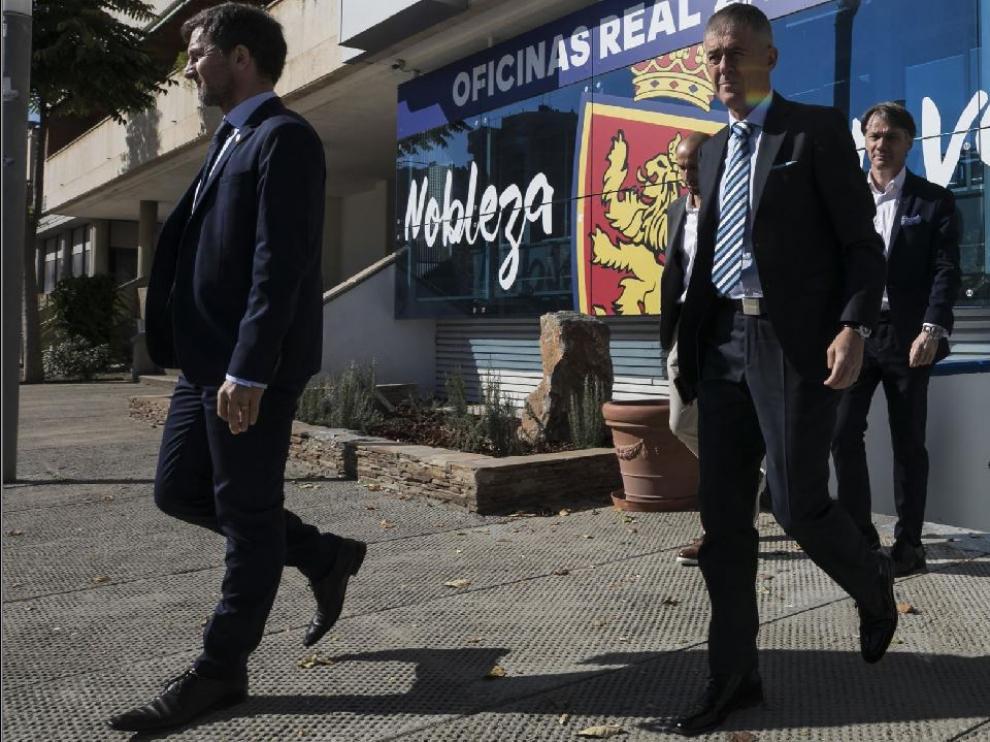 Lalo Arantegui, el director deportivo (izda.), junto al nuevo entrenador, Alcaraz, y José Mari Barba, el secretario técnico (dcha., en las escaleras), camino de la presentación del segundo hace una semana.
