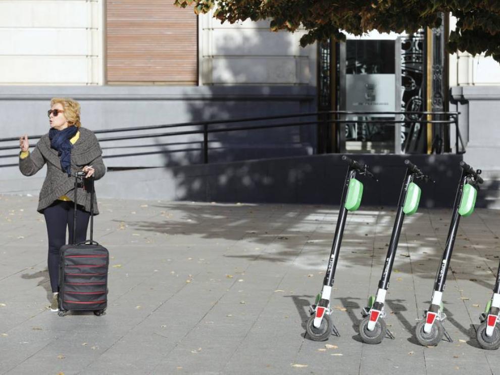 Patinetes eléctricos aparcados en el centro de Zaragoza.