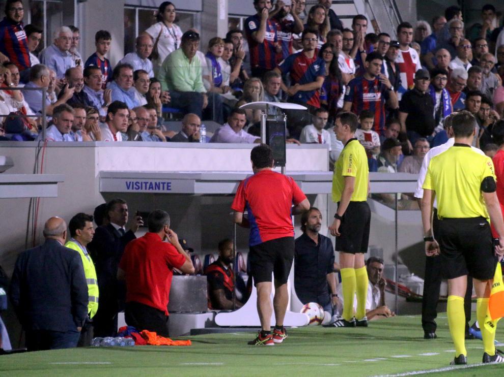 Medié Jiménez revisa en el VAR el gol que anuló a De Tomás en el Huesca-Rayo.