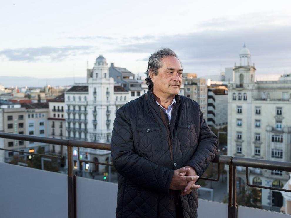 Luis Soriano en la azotea de la sede del Colegio Oficial de Ingenieros Industriales de Aragón y La Rioja, en Zaragoza.
