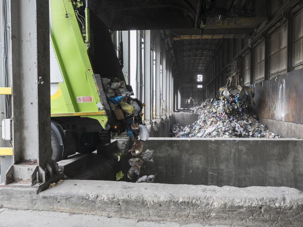 Un camión descarga residuos orgánicos procedentes del Actur en el vertedero de Zaragoza.