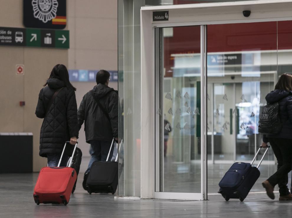 Un grupo de viajeros, en la estación de Delicias de Zaragoza.