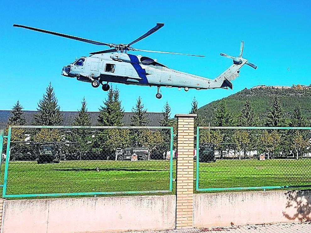 Un helicóptero militar toma tierra en el actual helipuerto de la Escuela de Montaña de Jaca.