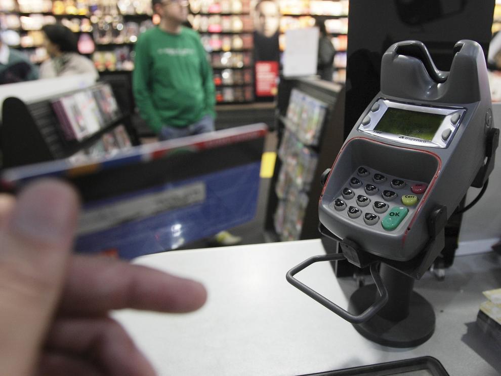Pago con tarjeta de crédito en un comercio de Zaragoza