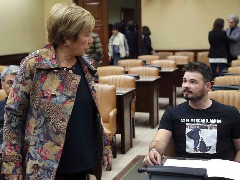 La diputada del PP, Celia Villalobos, junto al portavoz de ERC, Gabriel Rufián.