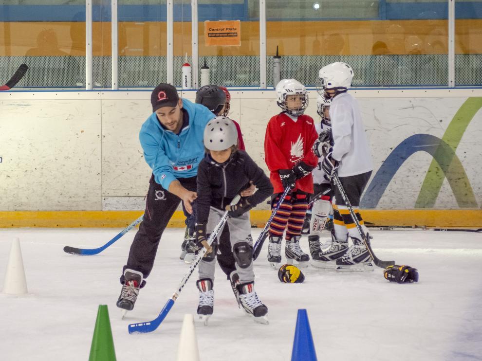 Los más pequeños se inician en el hockey.