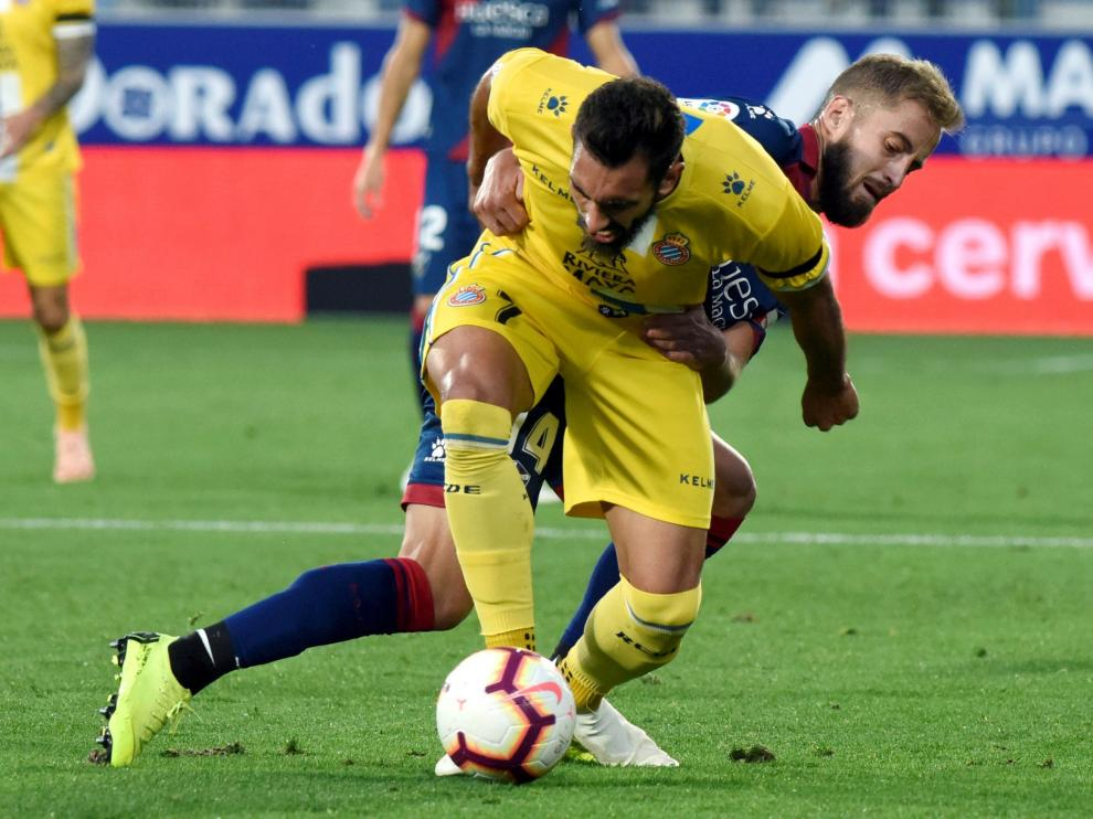 Borja Iglesias pelea con Pulido durante el Huesca-Espanyol.