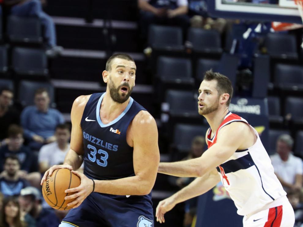 El jugador de los Grizzlies, Marc Gasol, jugando contra Jason Smith de los Wizards.
