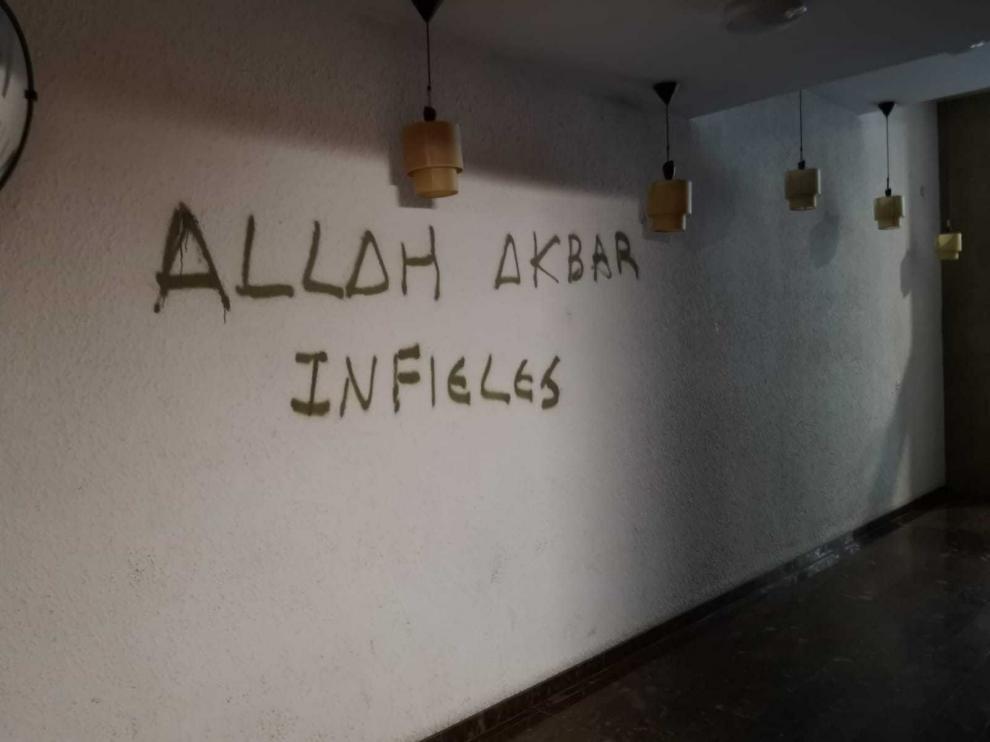 El 28 de septiembre apareció un grafiti en un rellano y la Policía Nacional acudió a analizarlo.