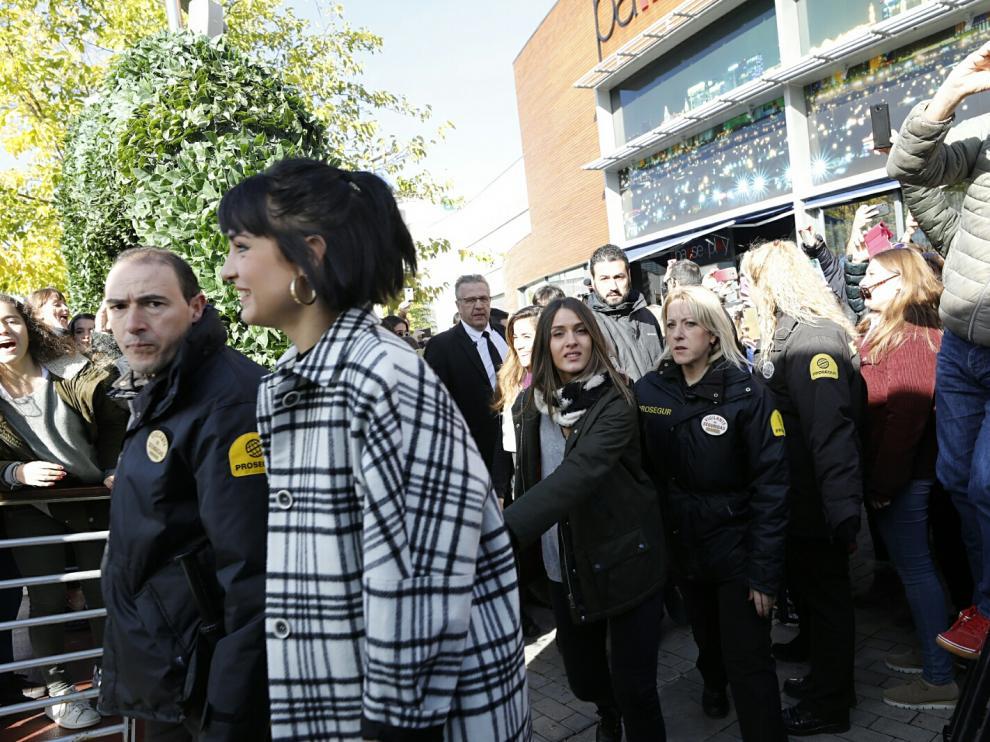 Natalia, Julia y Sabela, de OT, con sus seres queridos y seguidores en Zaragoza