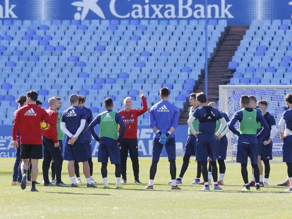 Los jugadores del Real Zaragoza, alrededor de Lucas Alcaraz, en el entrenamiento del equipo en La Romareda.