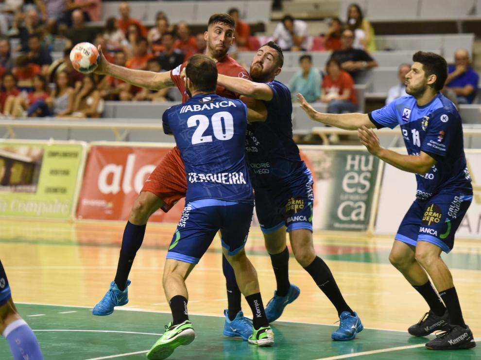 El argentino Bonanno es tapado por la defensa rival durante un partido anterior.
