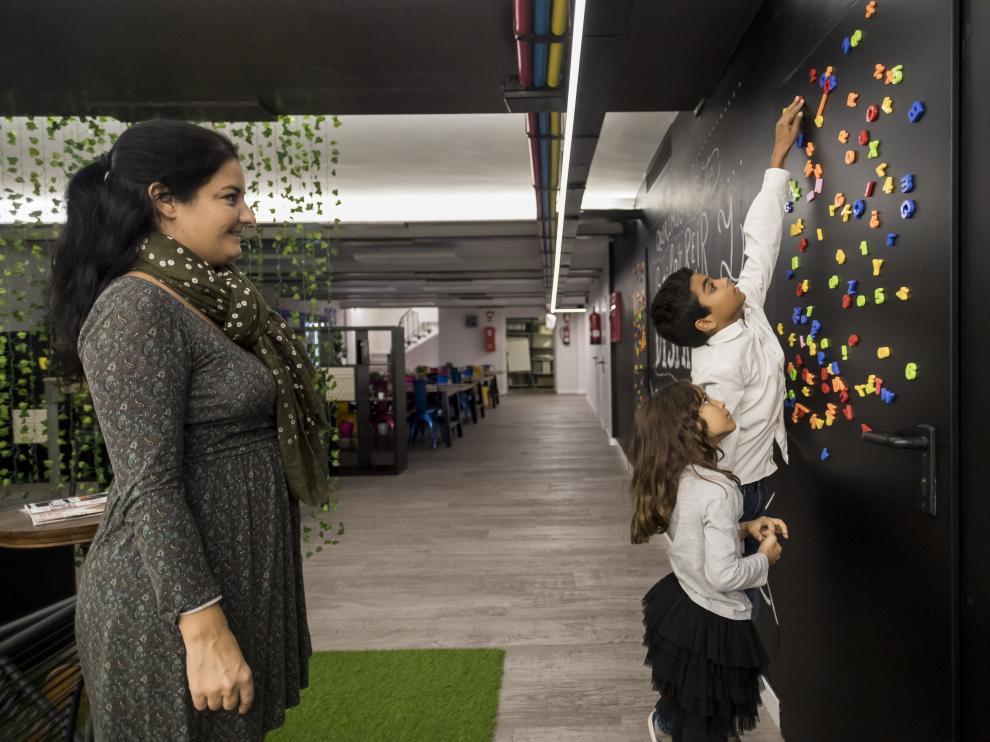 Beatriz Urriés mira cómo juegan sus hijos: Alejandro (11 años) y Ariadna (7)