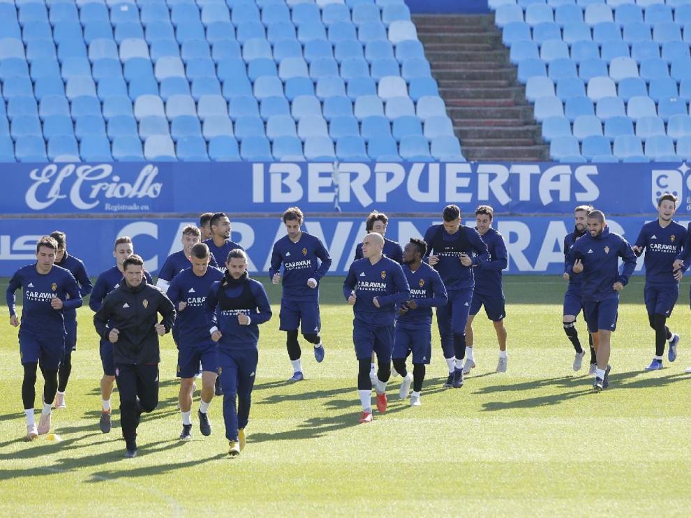 Los jugadores del Real Zaragoza, este sábado en el último entrenamiento antes de enfrentarse al Granada en La Romareda en la noche dominical (20.30).