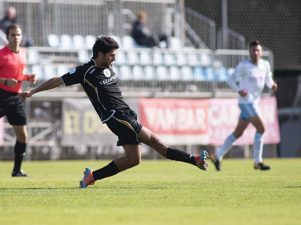 Un jugador del Brea jugando ante el RZD Aragón.