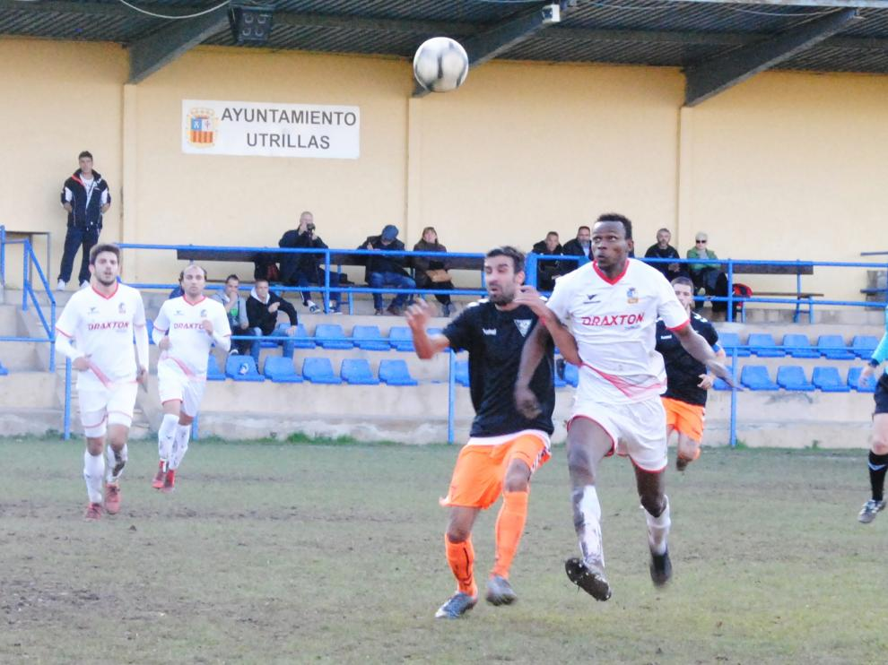Dos jugadores pugnan el balón durante el Utrillas-Andorra.