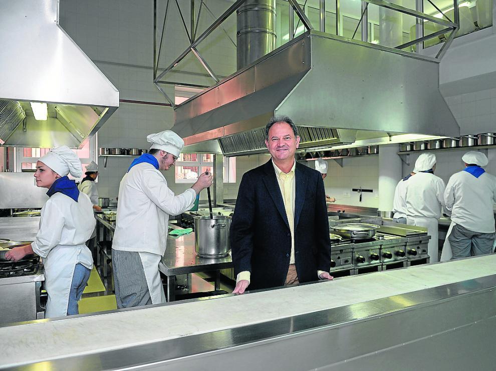 Manuel Marqués, director de la Escuela de Hostelería, en las cocinas, con un grupo de alumnos.