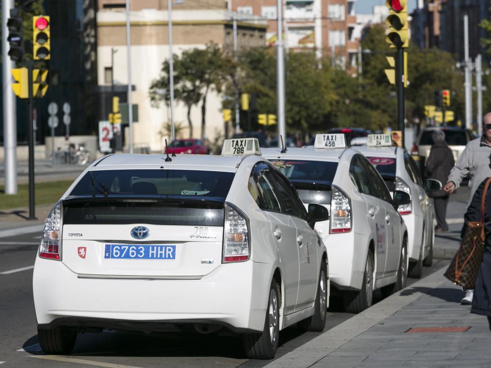 Un taxi con matrícula azul, ayer en Zaragoza.