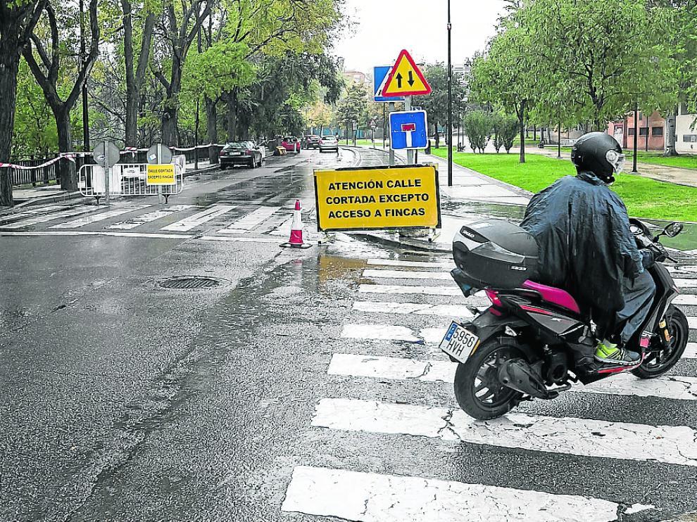 Comienzan los trabajos en el paseo de Tierno Galván. Las obras que se iniciaron ayer en esta vía incluyen la sustitución del pavimento de la acera, la mejora de la accesibilidad peatonal y la renovación del alumbrado.