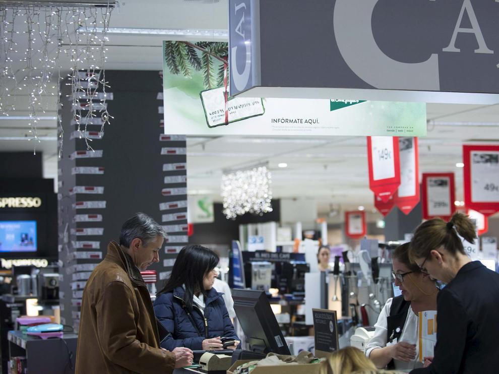 Varios clientes, comprando en unos céntricos grandes almacenes de Zaragoza