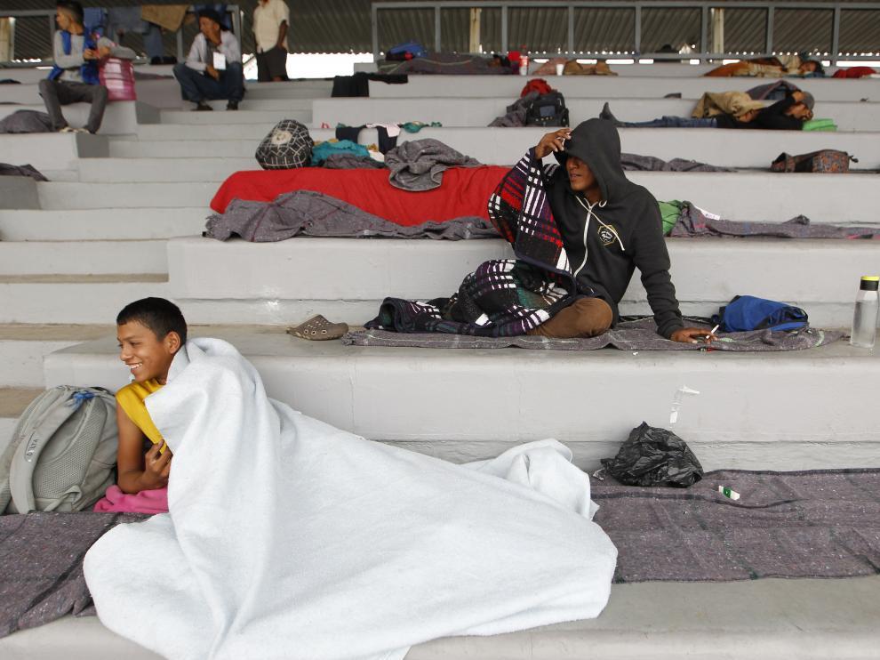 Los migrantes han pasado la noche en el estadio que les ha cedido el ayuntamiento de la capital mexicana.