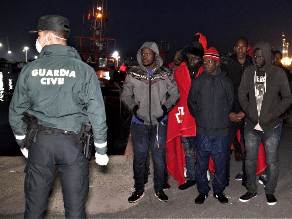 Llegada al puerto de Motril de 119 inmigrantes rescatados por Salvamento Marítimo este domingo.