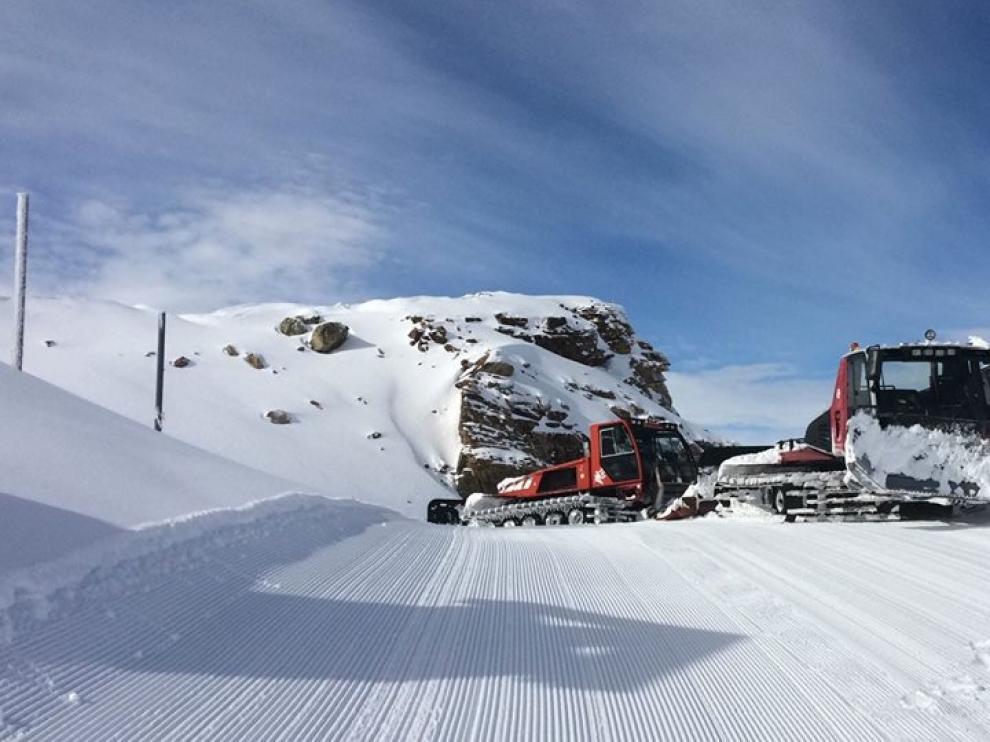 Dos máquinas pisapistas trabajan en la zona de Gallinero de Cerler, a más de 2.000 metros