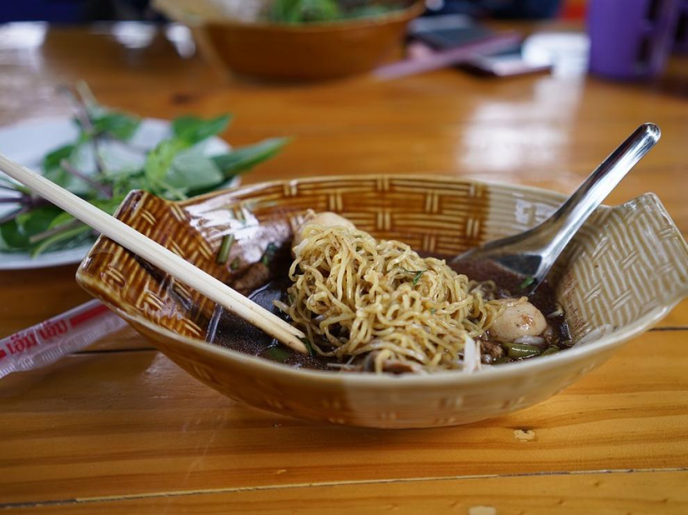Plato de fideos tailandeses.
