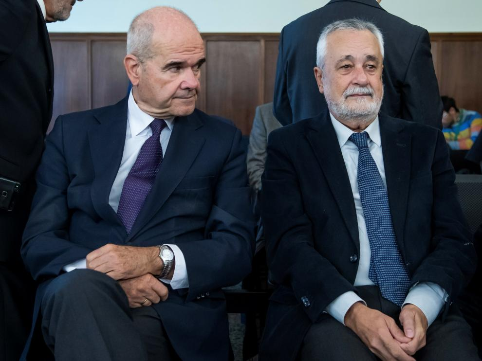 Los expresidentes de la Junta, Manuel Chaves y José Antonio Griñán, escuchan a los fiscales Anticorrupción.