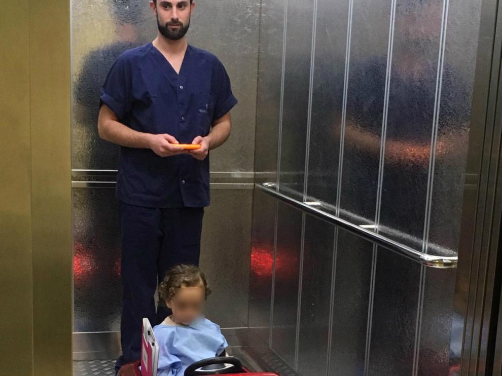 Un niño se dirige a quirófano en un coche teledirigido.