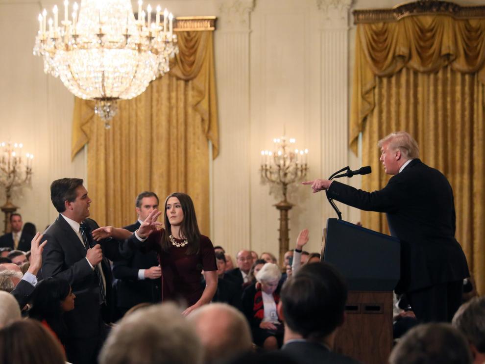 Trump increpa al periodista Jim Acosta, al que una auxiliar trata de quitar el micrófono.