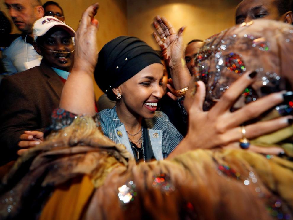 Omar se convierte también en la primera parlamentaria estadounidense en usar un hijab o pañuelo islámico en la cabeza.