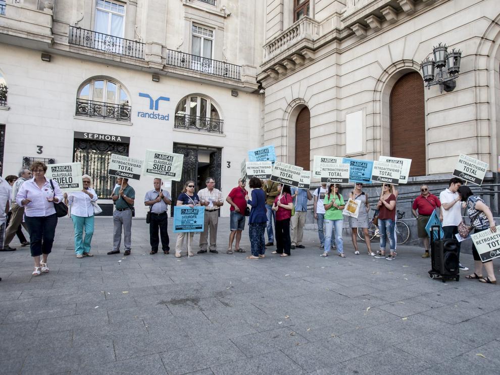 Una protesta de Adicae en Zaragoza por las cláusulas suelo en 2016.