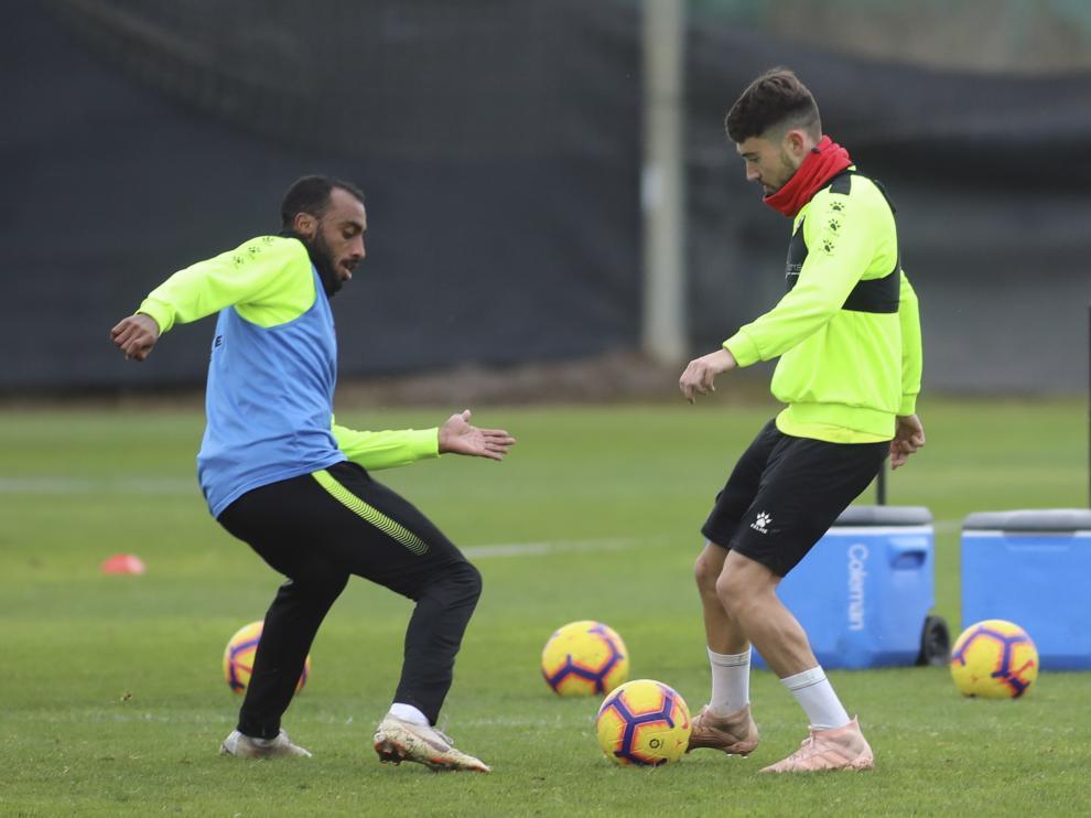 Akapo y Moi Gómez pugnan por el balón en un entrenamiento.