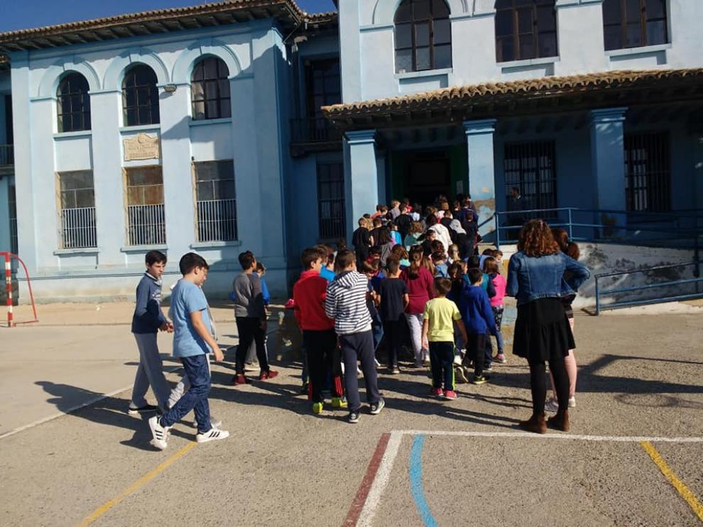 Un grupo de niños, entrando al colegio.
