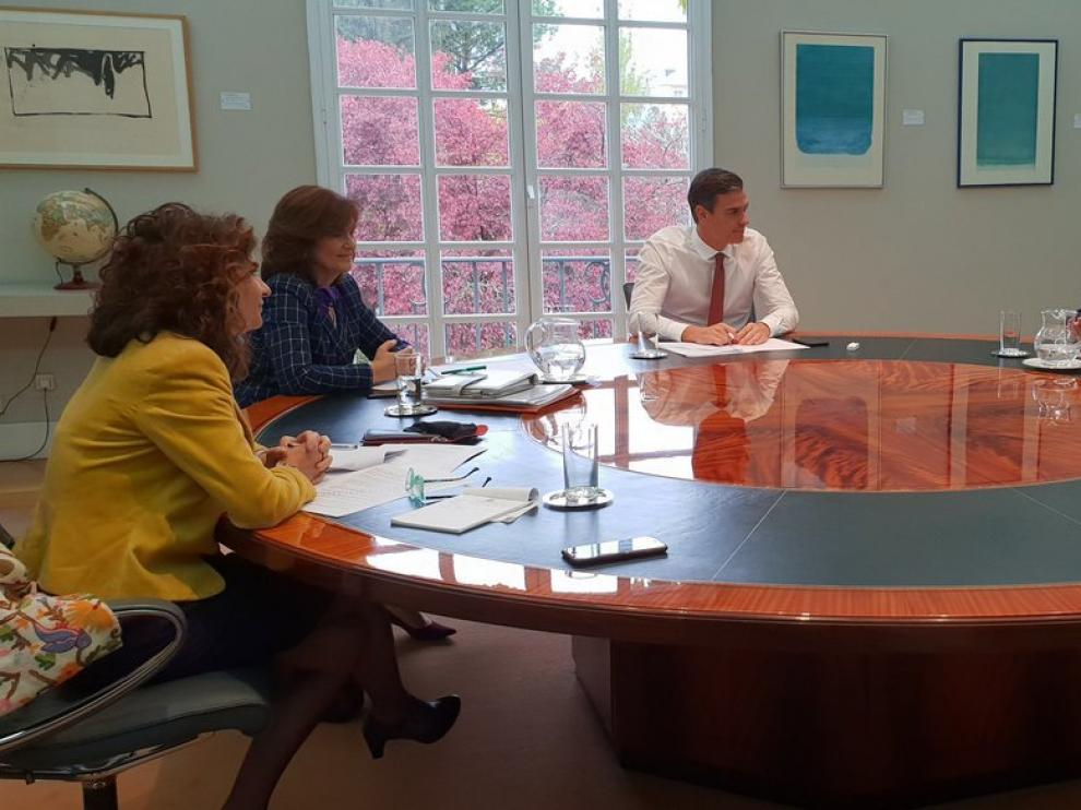Reunión de Sánchez con miembros de su equipo en La Moncloa antes de comparecer para anunciar medidas ante la decisión del Supremo.
