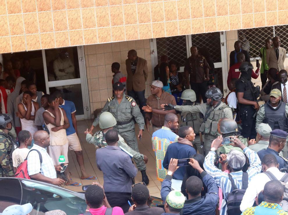 Algunos de los niños secuestrados, tras ser liberados.