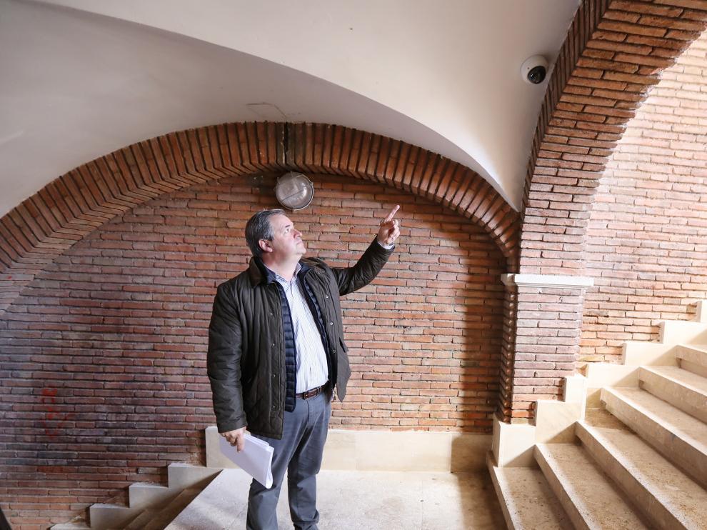 El concejal Jesús Fuertes muestra el emplazamiento de una cámara de vigilancia.