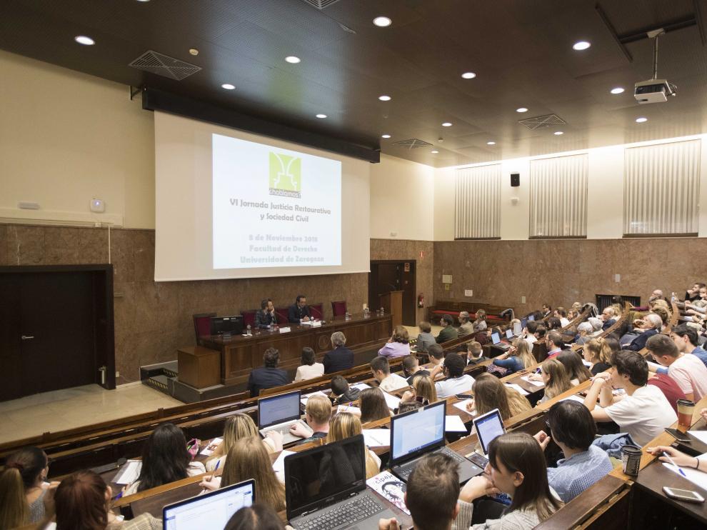 El Aula Magna de la Facultad de Derecho se llenó para escuchar a los ponentes de la  VI Jornada Justicia Restaurativa y Sociedad Civil.