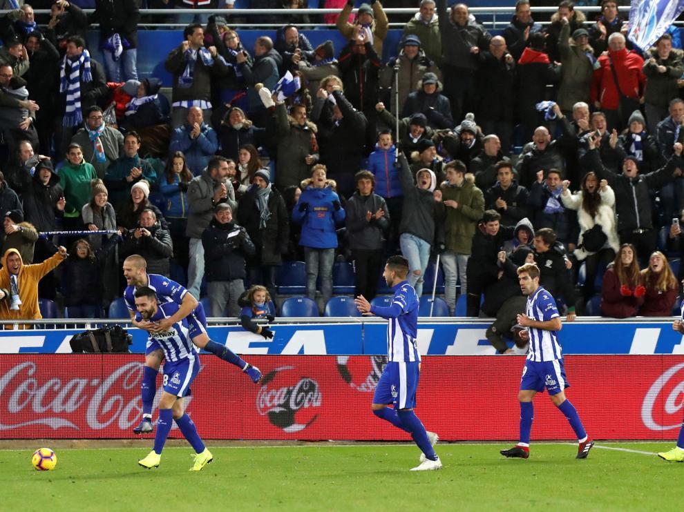 Borja Bastón celebra con sus compañeros el gol del triunfo del Alavés frente al Villarreal.