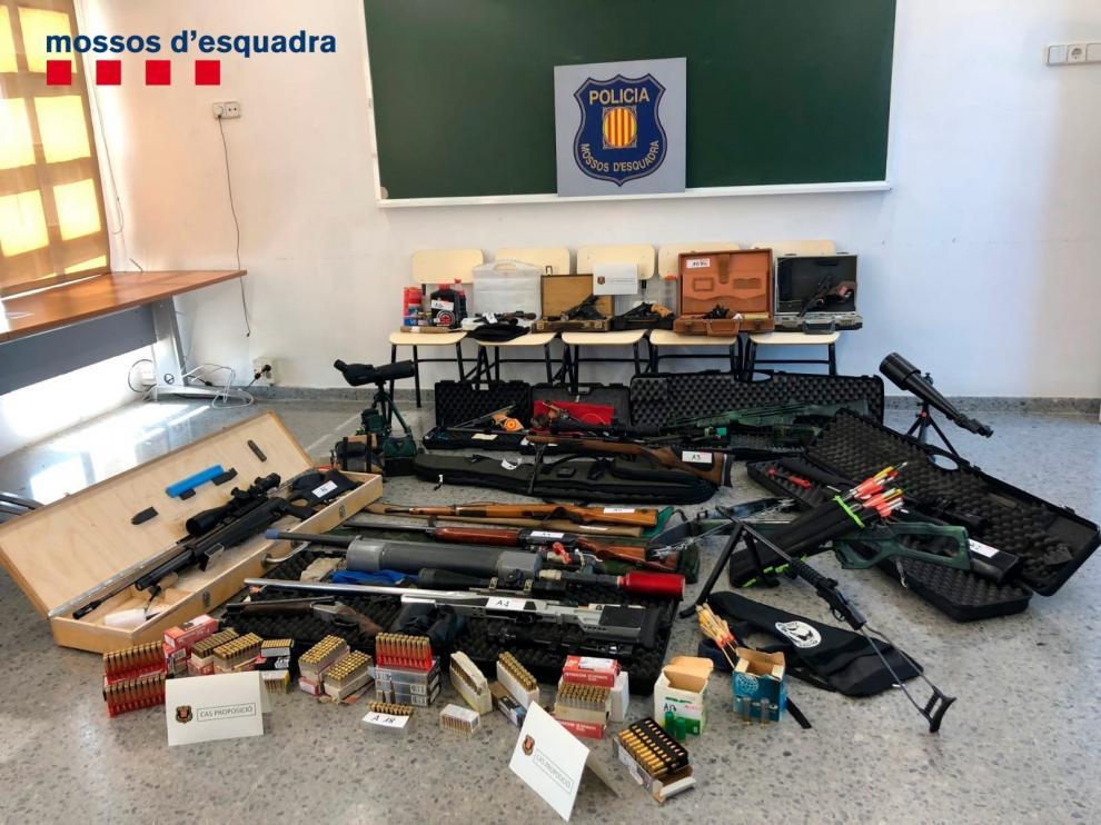Fotografía facilitada por los Mossos del material incautado al vigilante de seguridad que planeaba atentar contra Pedro Sánchez.