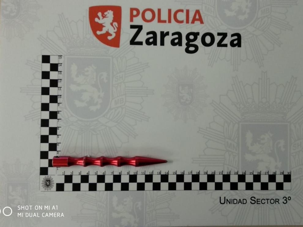 El kubotan intervenido por la Policía Local de Zaragoza a una conductora mide unos 14 centímetros.