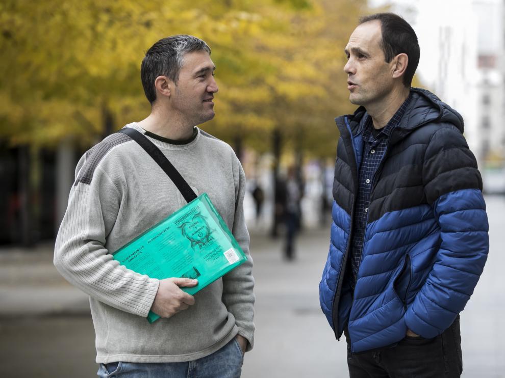 Anselmo Lalueza, cocinero y delegado de UGT, (a la izquierda) con Rafael García, funcionario de vigilancia, esta mañana en Zaragoza