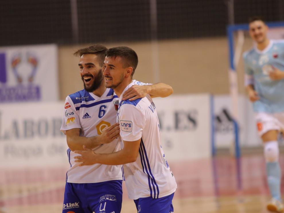 Chicho y Villanueva celebran un gol, mientras Iván Bernad, en segundo plano, acude al festejo.