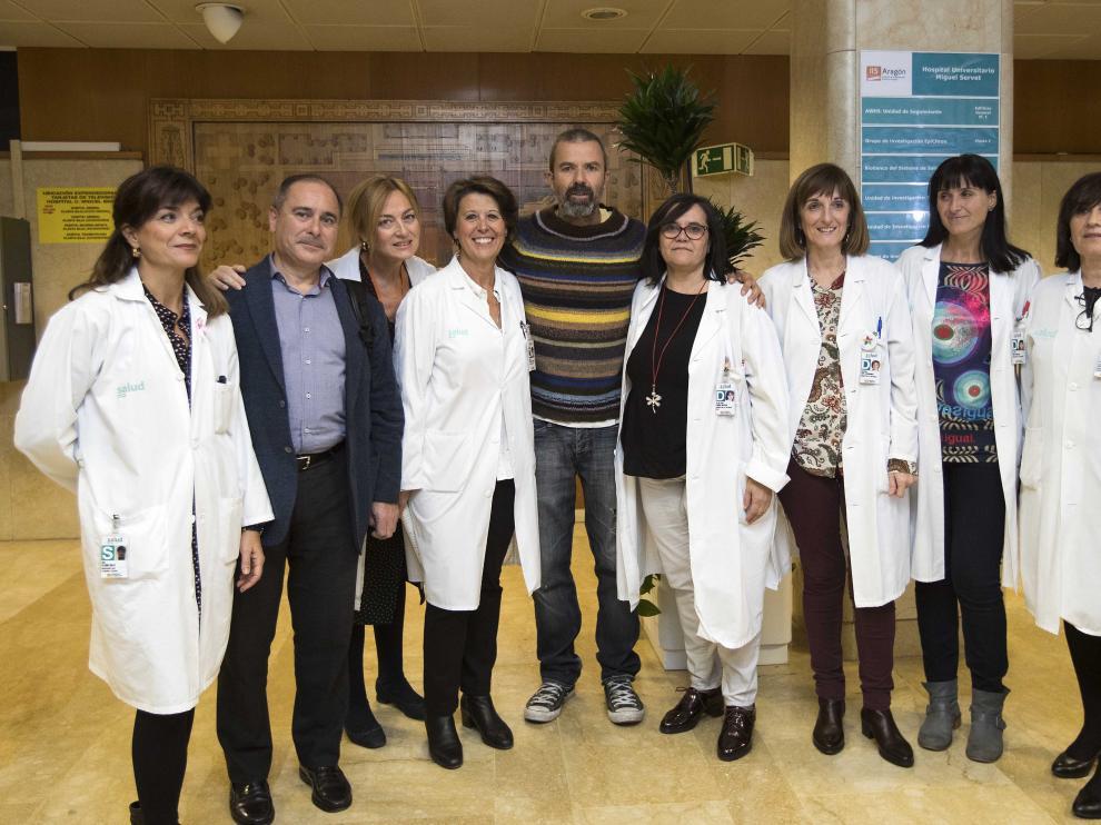 Pau Donés, a su llegada al Servet, junto a responsables de enfermería.